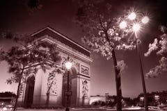 Arc de Triomphe τη νύχτα σε γραπτό που λαμβάνεται σε φράγκο του Παρισιού Στοκ Φωτογραφία