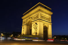 Arc de Triomphe τη νύχτα στο χρώμα με τα ελαφριά ίχνη αυτοκινήτων Στοκ Εικόνα