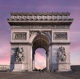 Arc de Triomphe του Παρισιού ενάντια σε έναν ρόδινο ουρανό Στοκ Φωτογραφίες