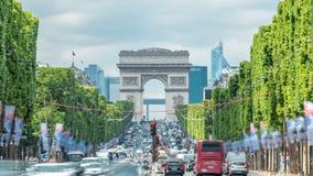 Arc de Triomphe bekeek omhoog Champs Elysees met verkeer timelapse Parijs, Frankrijk stock video