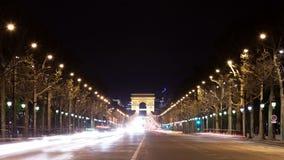 Arc de Triomphe bij champselysee tijdens de nacht in Parijs, Frankrijk stock footage