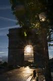 Arc de Triomphe con il tramonto nel mezzo Immagini Stock