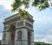 Arc de Triomphe de som är l'Étoile på en Sunny Spring Day Arkivfoto
