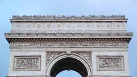 Arc de Triomphe in der Paris-Dachspitze mit Touristen stock video footage