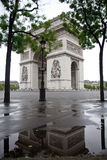 Arc de Triomphe e reflexão imagens de stock royalty free