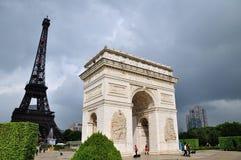 Arc de Triomphe en de Eifel-toren stock afbeelding