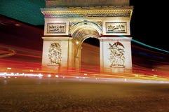 Arc de Triomphe en la noche en París Imágenes de archivo libres de regalías