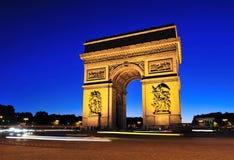 Arc de Triomphe en la puesta del sol imagenes de archivo