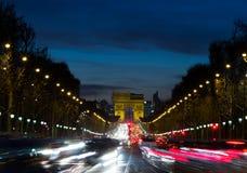Arc de Triomphe en verkeer stock afbeelding