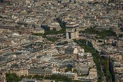 Arc de Triomphe et les bâtiments sous le ciel bleu, vu à partir du dessus de Tour Eiffel à Paris Images stock