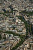 Arc de Triomphe et les bâtiments sous le ciel bleu, vu à partir du dessus de Tour Eiffel à Paris Photos stock