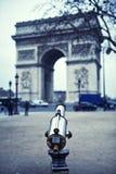 Arc de Triomphe et télescope -- Voûte de Triumph, Paris, France Image stock