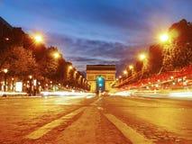 Arc de Triomphe från Champset-Elysees på natten Arkivfoton