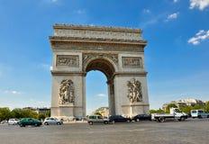 Arc de Triomphe från stället Charles de Gaulle. Royaltyfri Fotografi