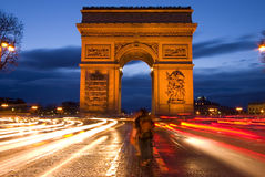 Arc de Triomphe i Paris på natten Arkivbilder