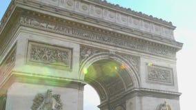 Arc de Triomphe iluminou com luz solar, lugares sightseeing históricos, curso video estoque