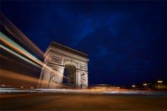 Arc de Triomphe la nuit images libres de droits