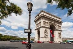Arc DE Triomphe met lantaarnpaal in voorgrond Royalty-vrije Stock Fotografie