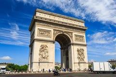 Arc de Triomphe no fundo do céu azul em Paris Foto de Stock Royalty Free