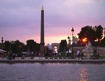 Arc de Triomphe och Tuileries trädgård på solnedgången Arkivbild
