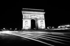 Arc de Triomphe på den svartvita natten Arkivfoto