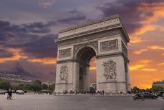 Arc de Triomphe på skymning Arkivbilder