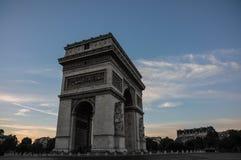 Arc de Triomphe på solnedgången i Paris, Frankrike Royaltyfri Fotografi