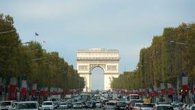 Arc de Triomphe in Parijs van Champs Elysees op een zonnige dag met verkeer wordt gezien dat stock video