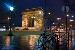 Arc de Triomphe, Paris, France. The Arc de Triomphe at night with city bicycle in the foreground Royalty Free Stock Images