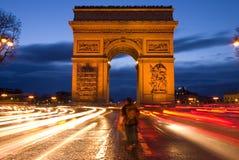 Arc de Triomphe in Paris nachts Stockbilder