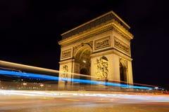 Arc de Triomphe por noche en París, Francia Foto de archivo libre de regalías