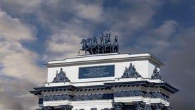 Arc de Triomphe sur fond de nuages mobiles sur l'avenue Koutouzov à Moscou, Russie banque de vidéos