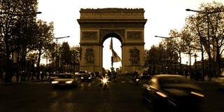 Arc de Triomphe sur le Champs-Elysees dans des Frances de Paris avec la vitesse Photos stock