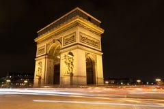Arc de Triomphe vid natt i Paris, Frankrike royaltyfri bild
