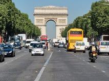 Arc de Triomphe y el Champs-Elysees en una mañana de la primavera Imágenes de archivo libres de regalías
