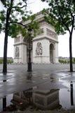 Arc de Triomphe y reflexión Imágenes de archivo libres de regalías