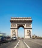 Arc de Triumph στο Παρίσι, Γαλλία, σε ένα φωτεινό ηλιόλουστο πρωί Στοκ Φωτογραφίες