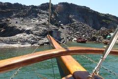 Arc devant l'île volcanique Photos stock
