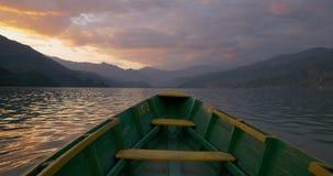 Arc du bateau flottant dans le lac sur le coucher du soleil clips vidéos