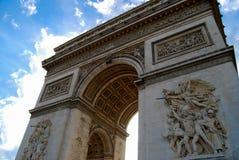 Arc du Triomphe unter hellem blauem Himmel Stockfotografie