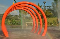Arc-en-ciel à la cour de jeu de l'eau Photo libre de droits