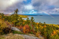 Arc-en-ciel à la montagne de Sugarloaf en automne, Marquette Michigan photo stock
