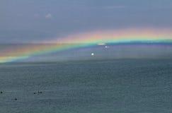 Arc-en-ciel étonnant sur l'eau Photographie stock libre de droits