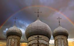 Arc-en-ciel au-dessus d'église Images libres de droits