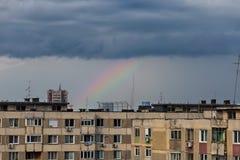 Arc-en-ciel au-dessus de bloc distant de communiste Photo libre de droits