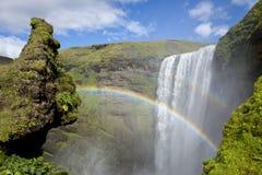 Arc-en-ciel au-dessus de cascade à écriture ligne par ligne Skogafoss, Islande Images libres de droits