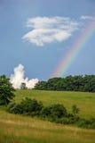 Arc-en-ciel au-dessus de flanc de coteau Photo libre de droits