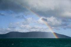Arc-en-ciel au-dessus de l'océan Photo stock