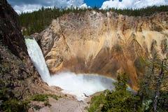 Arc-en-ciel au-dessus de la cascade à écriture ligne par ligne dans Yellowstone Images libres de droits