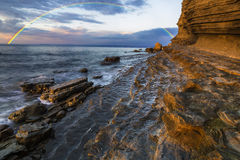 Arc-en-ciel au-dessus de la falaise après dépassement d'une tempête de soirée Images stock